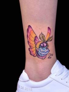 裸腳上的一只勤勞小蜜蜂紋身刺青