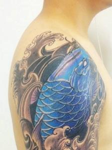 大臂上的抢眼蓝色鲤鱼纹身图片