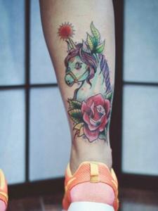 小腿部小骏马与花朵一路的纹身图片