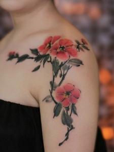 女生肩膀上的盛开梅花纹身刺青