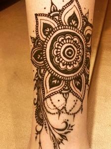裸脚上的时尚好看的海娜纹身刺青
