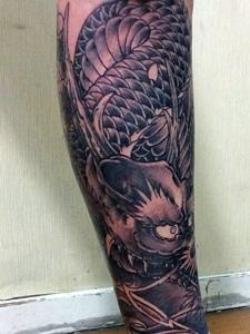 包小腿黑白经典邪龙纹身刺青