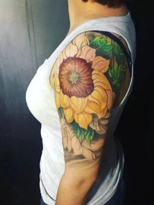 过肩的漂亮向日葵纹身刺青很唯美