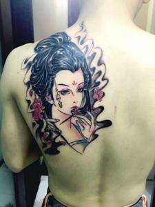 男士后别一枚精细的花妓纹身刺青