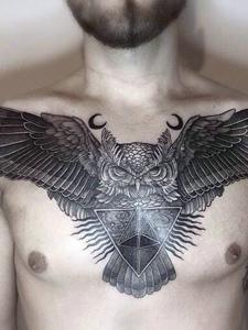 男士胸前个性黑白猫头鹰纹身刺青