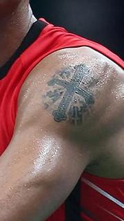 林丹手臂五星十字架纹身