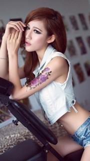 漂亮长发的绝色手臂纹身美女图片