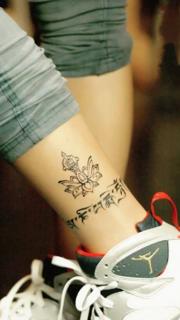 脚踝上的藏文和莲花纹身