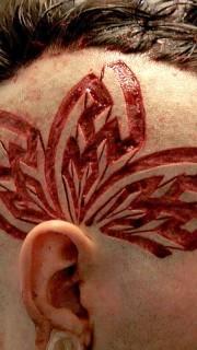个性男头部另类割肉纹身