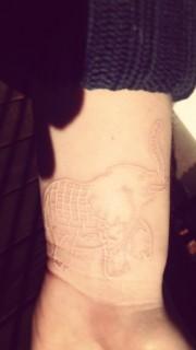 女孩手腕上漂亮的大象鸽子血纹身