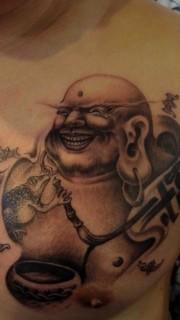 男性胸部尼罗佛纹身图案