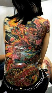 美女满背性感的龙纹身