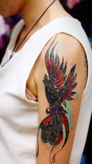 女性手臂个性的凤凰图腾纹身