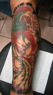小腿上色彩鲜艳的凤凰纹身