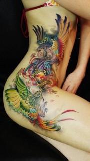 女人侧腰彩色凤凰刺青作品