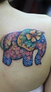 肩部彩色大象刺青图案