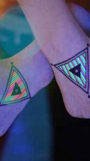 双手手背三角形荧光纹身