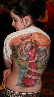 女性满背天使纹身