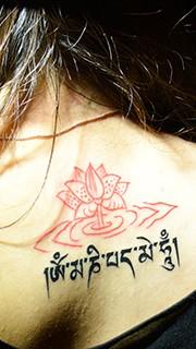 美女后背莲花藏文纹身图案