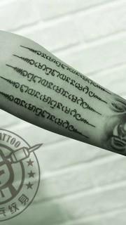 手臂佛头经文纹身