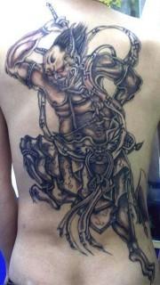 满背黑白色的夜叉鬼纹身图片