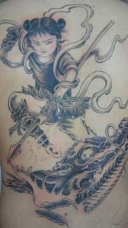个性男人背部哪吒驾龙纹身图案
