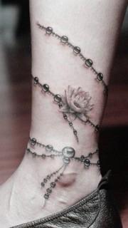 女人腿部精美时尚的脚链纹身