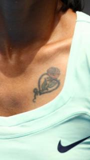 李娜胸前心形玫瑰纹身图案