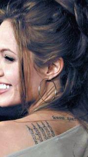 明星安吉丽娜茱莉背上字符纹身