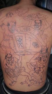 男性背部简单好看的百鬼扛棺纹身