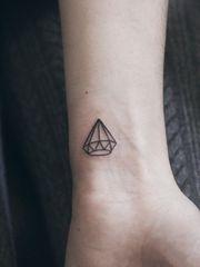 简单的单色钻石线条纹身