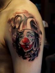 一組個性的大臂上小丑紋身圖案