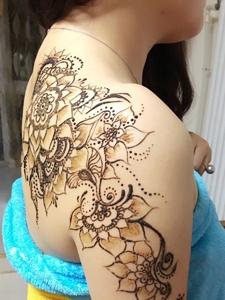 花背配上海娜纹身刺青女人味散发