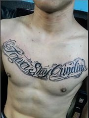 胸部精美的欧式花体字纹身