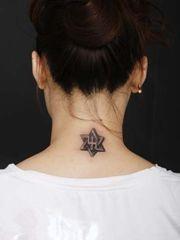 女生頸部漂亮的六芒星紋身圖案