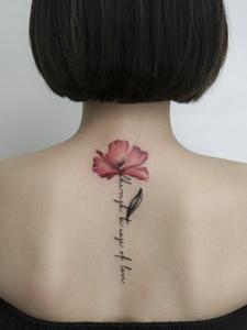 适合短发女孩的脊椎部性感纹身刺青