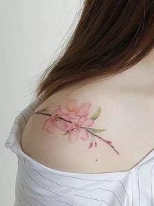 女生皙白的肩膀有着梅花纹身刺青