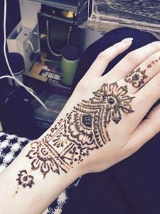 时尚精致的手臂海娜纹身刺青