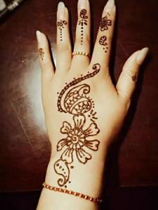 修长的手指配着海娜纹身刺青很优雅