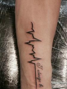 手臂个性无比的心电图纹身刺青