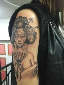 90后小女生手臂黑白花妓纹身刺青