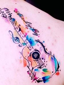 后背五彩缤纷的吉他纹身图案
