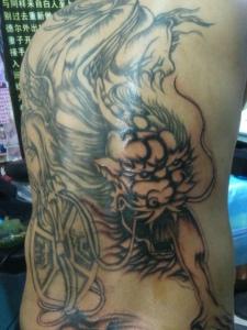 后背一只传统招财貔貅纹身刺青