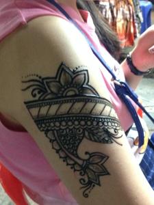 90后小女生的手臂个性纹身刺青
