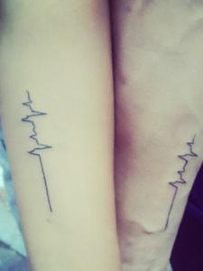 年轻派的手臂心电图情侣纹身刺青