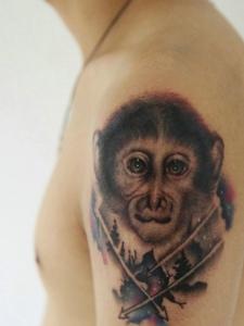大臂楚楚可怜的猴子纹身刺青
