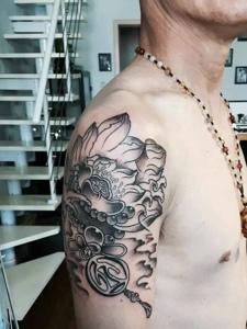 男士手臂黑灰莲花纹身刺青