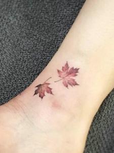 裸脚小清新两片树叶纹身图片