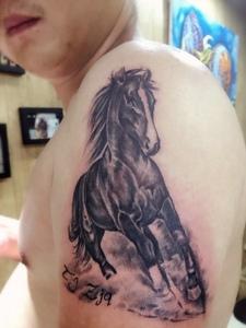 大臂一匹駿馬紋身圖案自由奔跑