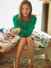 女神张雨绮登杂志封面 毛衣凸显好身材